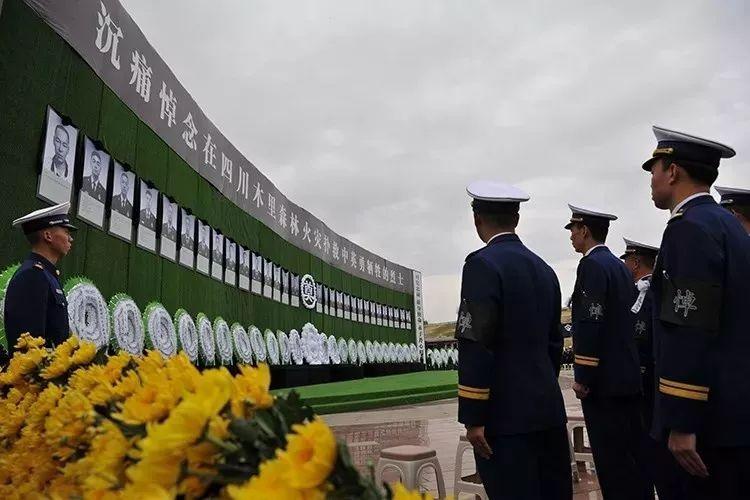 四川各地群众含泪追悼英雄