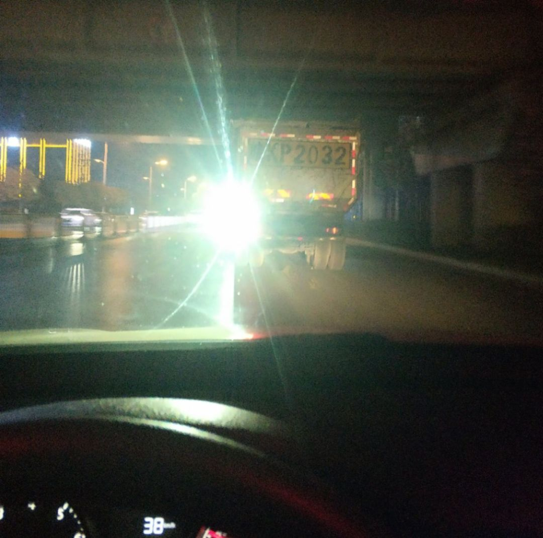 这辆皖K车,你装这灯是要把自己作死,还是要把别人作死?