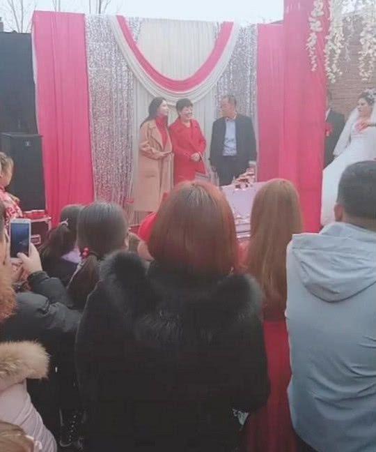 婚礼现场丈母娘走红,年轻漂亮气质不凡,上台后秒杀全场