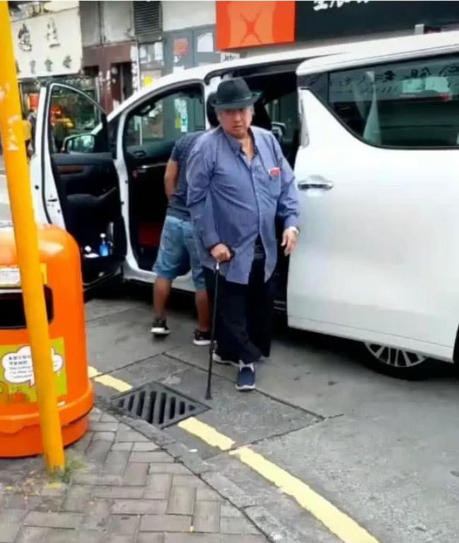 67岁洪金宝近照曝光,步履蹒跚拄拐令人唏嘘,灵活的胖子已不再