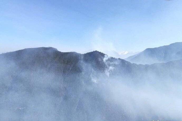 航拍凉山火场复燃现场!20余扑火人员上山,3架直升机参与救援