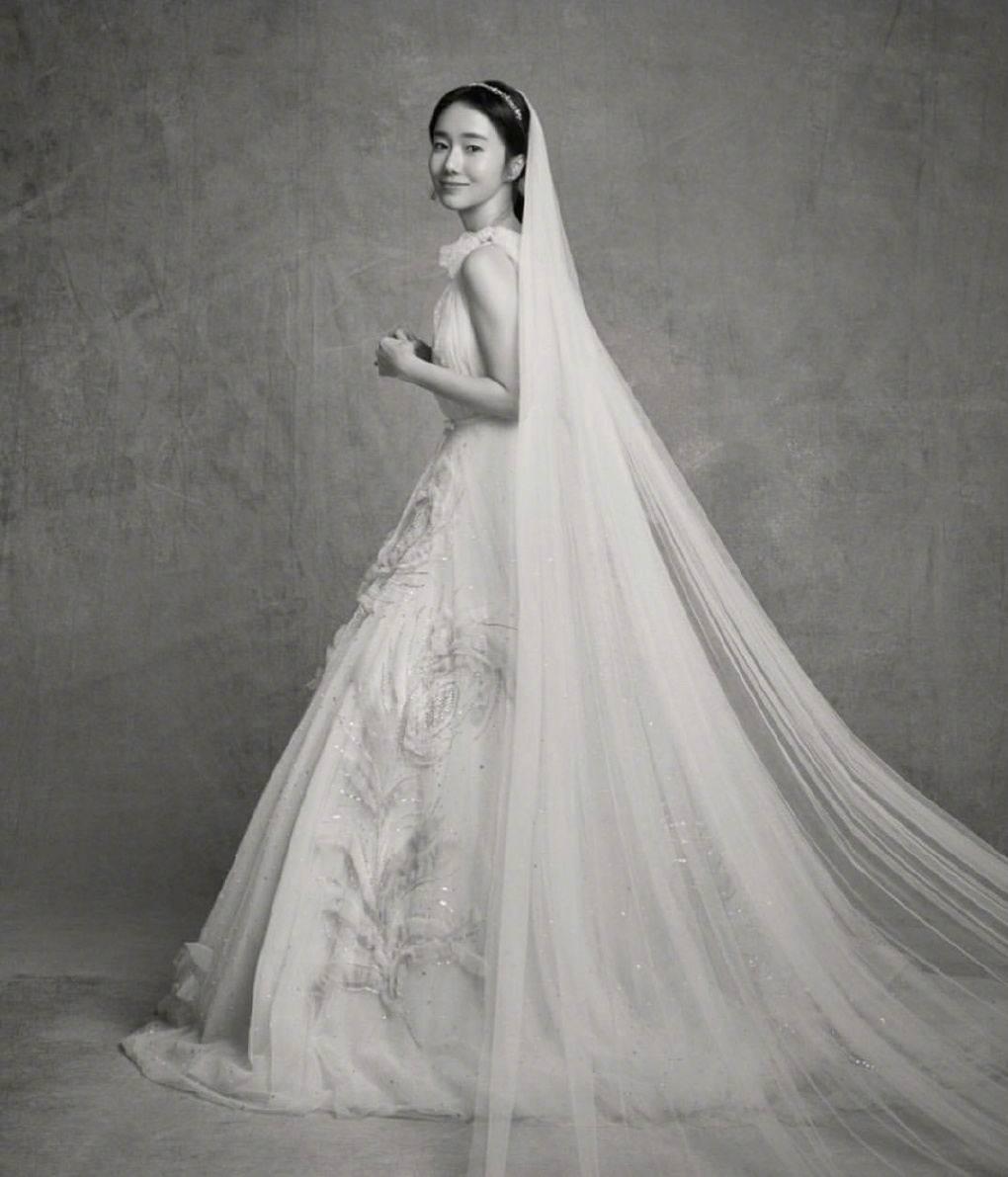 李贞贤晒出两张婚纱照,表示自己今天结婚心里十分紧张