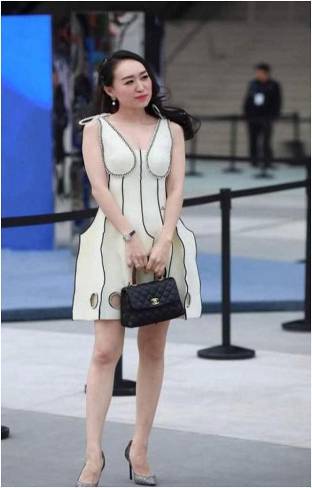 爆笑GIF图:麻烦厂家不要再生产这种裙子了,太雷人了