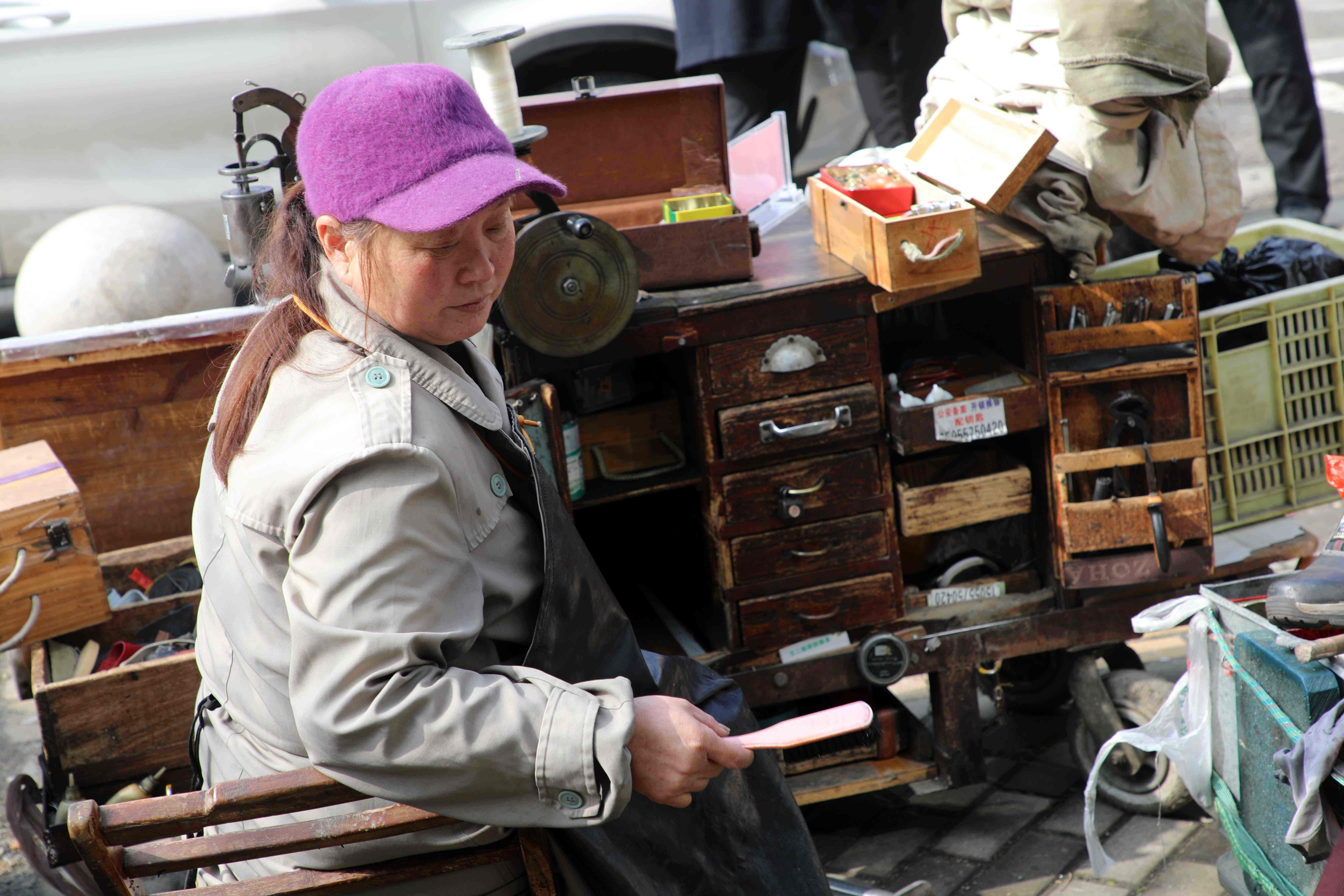 """安徽芜湖:53岁大姐街头缝缝补补,家传一个""""百宝箱""""用了25年!"""