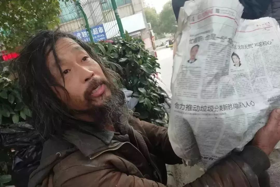 """上海""""流浪汉""""意外爆红背后真相:毁掉一个孩子,就管他,使劲管他"""