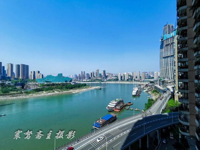 清明小长假路过洪崖洞,当年的那个自然空调已成了重庆的网红景点