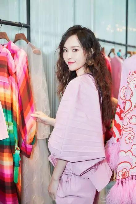 35岁唐嫣登瑞丽杂志封面,完美演绎多套造型,剪刘海太甜了!