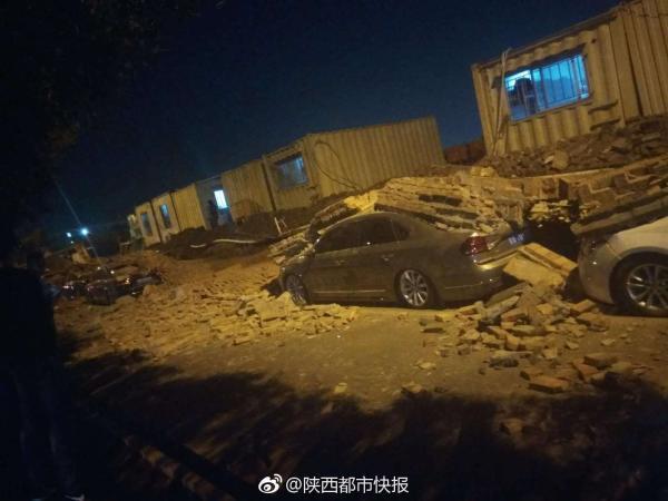 工地围墙倒塌砸中8辆汽车 西安长安排查在建项目