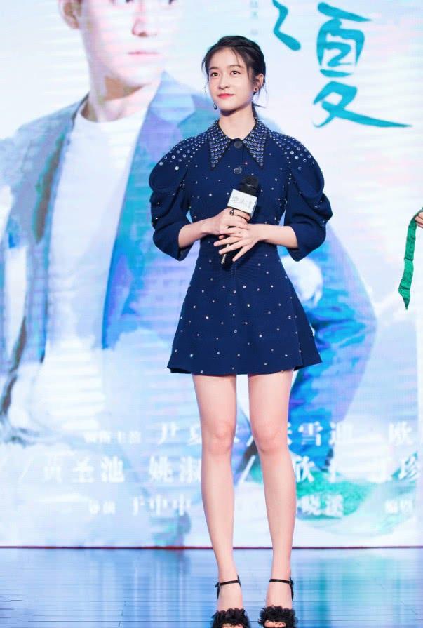 把小黑裙穿出三七分身材,张雪迎的比例逆天了,1米6变1米7!