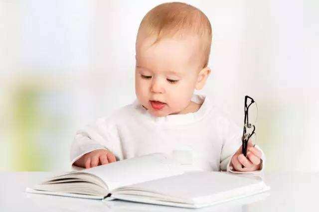 当宝宝特别爱撕纸的时候,其实是引导他养成爱阅读的最佳时间