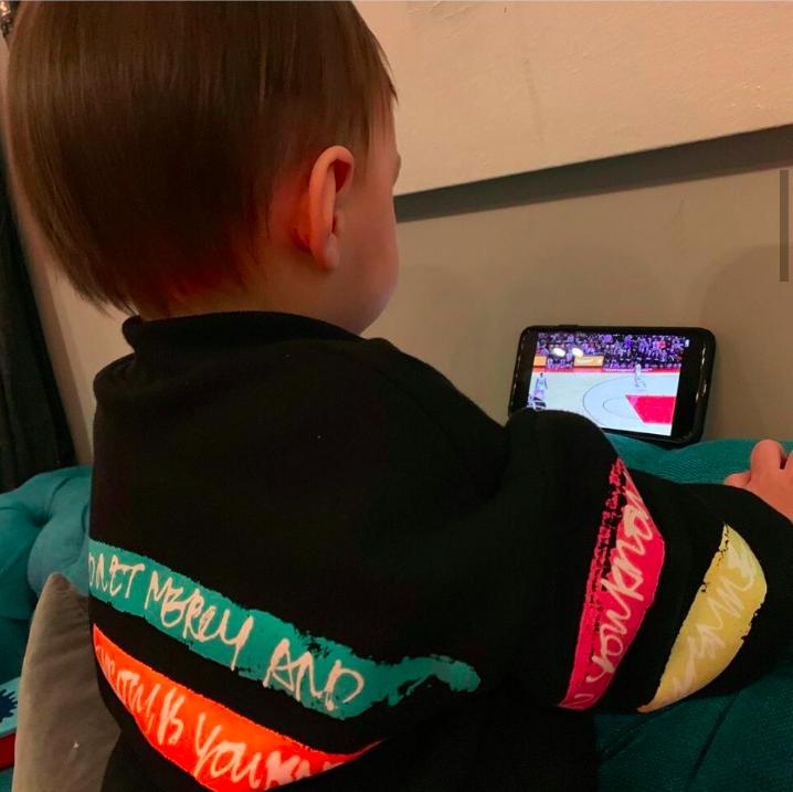 周杰伦晒儿子看篮球画面超认真,小小周爱体育爱音乐像爸爸