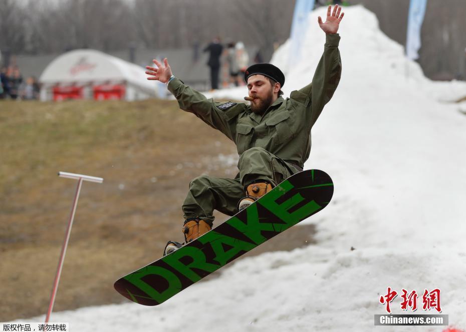白俄罗斯举办搞笑滑雪赛 选手欢乐中腾空跃入冰水