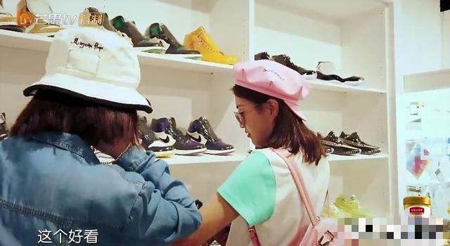 包文静看中的鞋子纠结要不要买,被袁咏仪吐槽,太可爱了