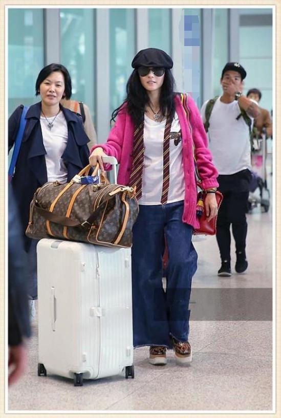 张柏芝一到机场就开挂?粉色衫搭阔腿裤太减龄,哪像38岁三娃妈?
