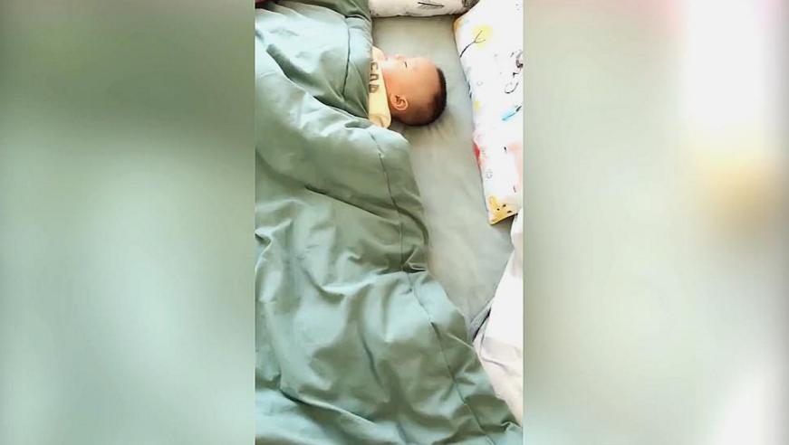 宝宝睡觉给妈妈留了位置,妈妈感动,掀开被子一看,网友:亲生的