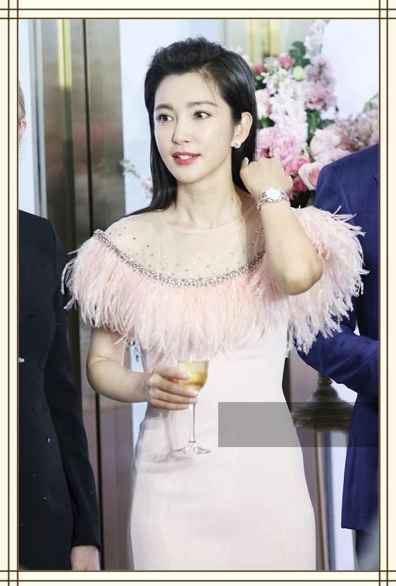 说李冰冰46岁我不信!一袭粉色羽毛裙明明嫩得不像话,最多18岁!