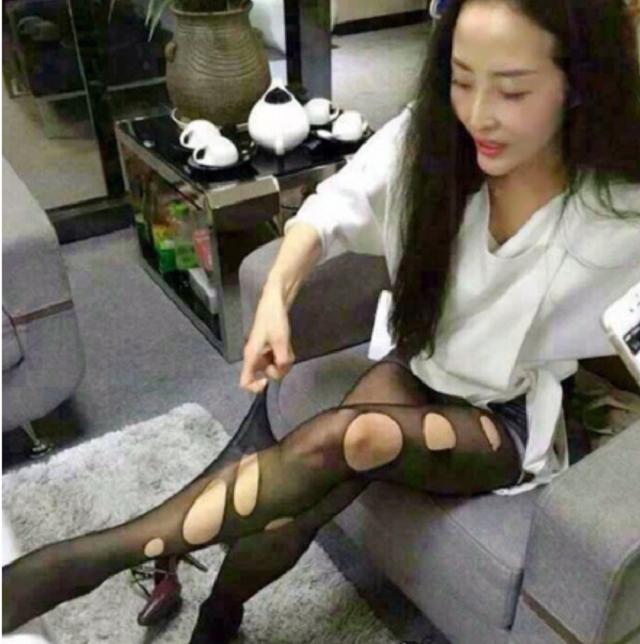 爆笑GIF图:现在的丝袜质量真是太差了,妹子稍微一扯就这幺破了
