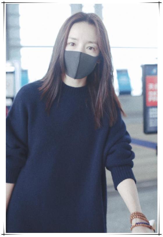 董洁机场照引起极度舒适,藏蓝毛衣配印花裙清新又文艺,气质炸裂
