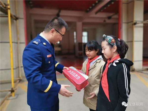 小学生给消防官兵送手绘贺卡 画风可爱又温暖