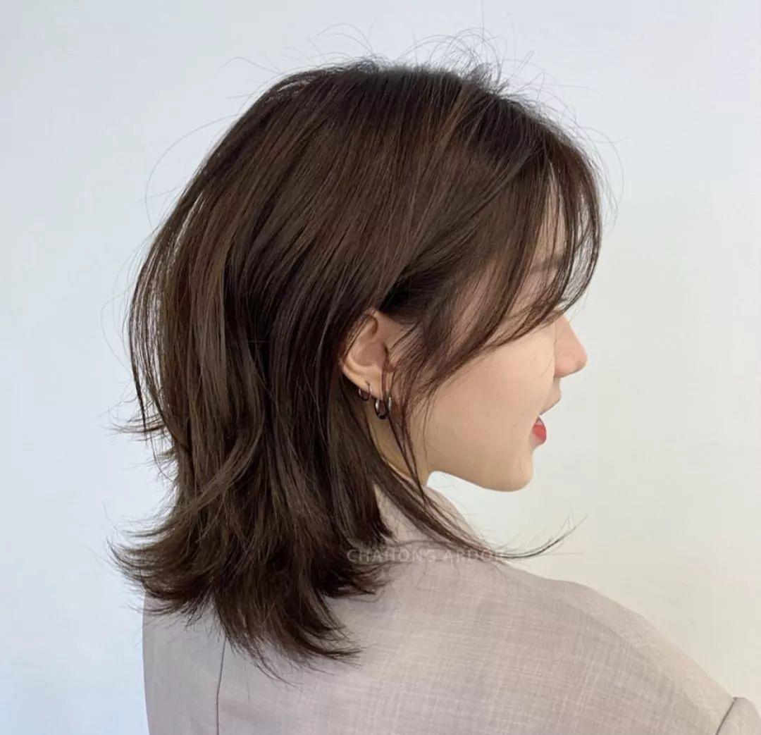 头发半长不短这么剪,减龄显气质图片