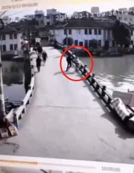 情侣吵架男子竟抱起女友从桥上推入河中,现涉嫌故意杀人被批捕_王某