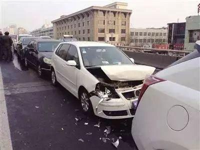 前面的车突然突然刹车,后面的车没有刹车。前车有责任吗?