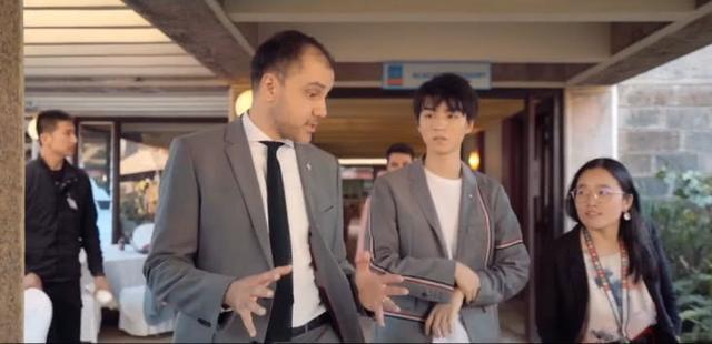 王俊凯全英会议准备过程公开,不是西装大佬,这个动作很不熟练