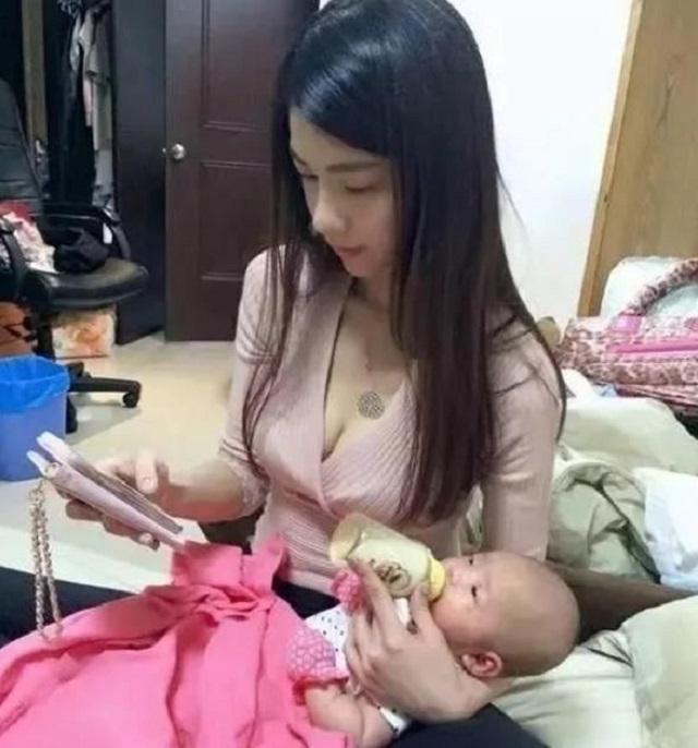 爆笑GIF图:妹子,你这样喂孩子吃奶不太好吧