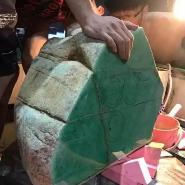 200公斤的原石在线切,一刀爆出满绿手镯数百支!铺了一地!