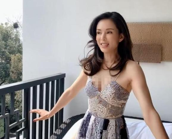 45岁李若彤近照,脸部紧致身材纤细,仿佛回到25岁