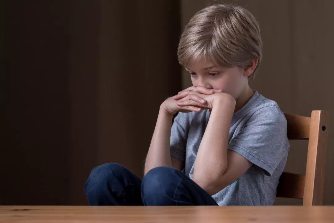 9 岁男孩因为一块玻璃跳楼轻生 孩子遇事不敢说,原因让人心疼图片