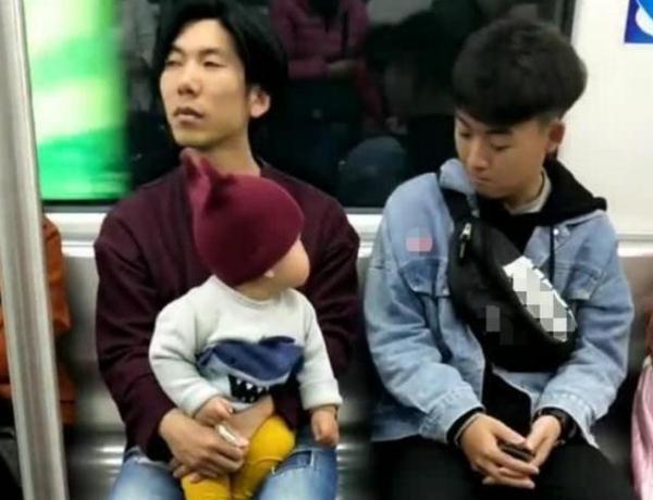 """""""痴情宝宝""""地铁上撩小哥哥火了,奶爸:看啥呢?亲爹在这呢!"""