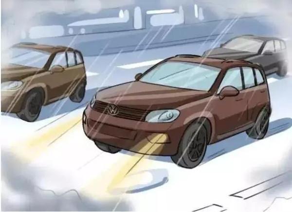 暴雨开车很恐怖,学会这几招让你雨天安全行车