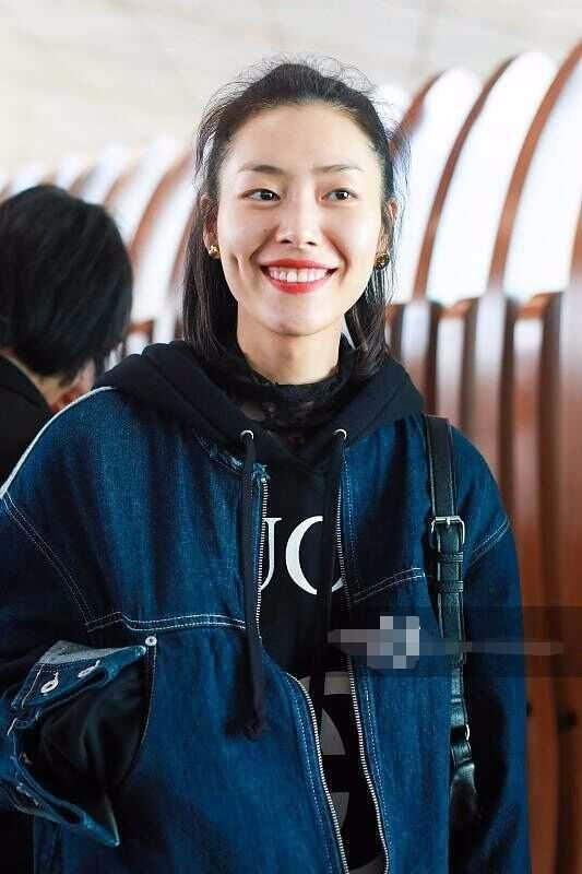 刘雯机场穿一身牛仔超休闲,梳苹果头少女感十足,网友:接地气!