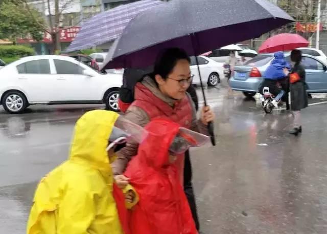在雨中,你们为孩子们撑起一片晴空的样子,真美