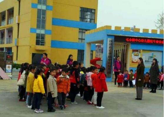 湖北沙洋县毛李中心幼儿园开展校车消防逃生演练活动