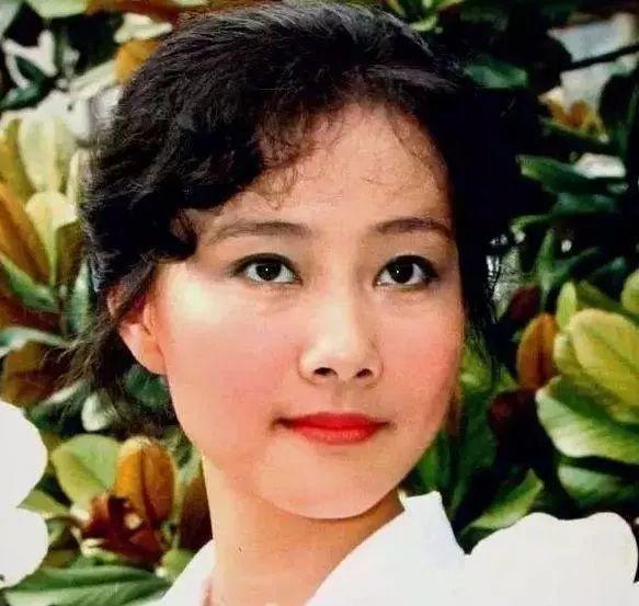 27岁出道,凭《渴望》成名,姐弟恋恩爱36年,儿子是知名导演