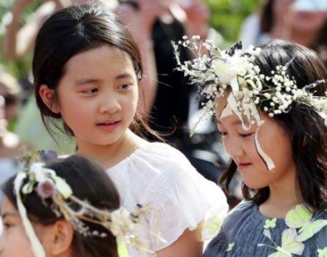 <b>13岁黄多多和妈妈妹妹下午茶,红唇配耳环彰显成熟女人味</b>