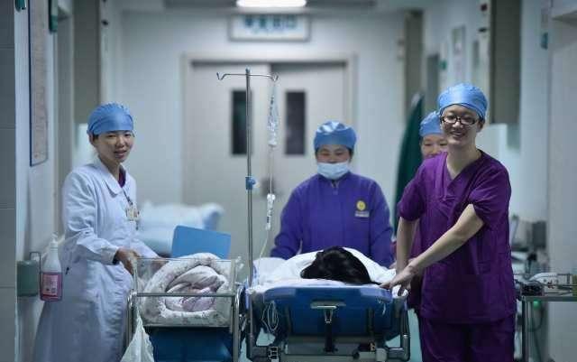 原創             從產房出來後,婆婆老公笑著抱寶寶,只有娘家人會心疼地安撫寶媽
