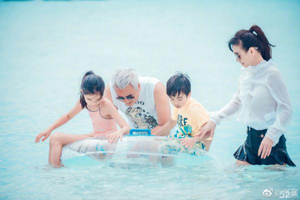 49岁张庭与59岁老公林瑞阳海边游玩,看上去像两代人!