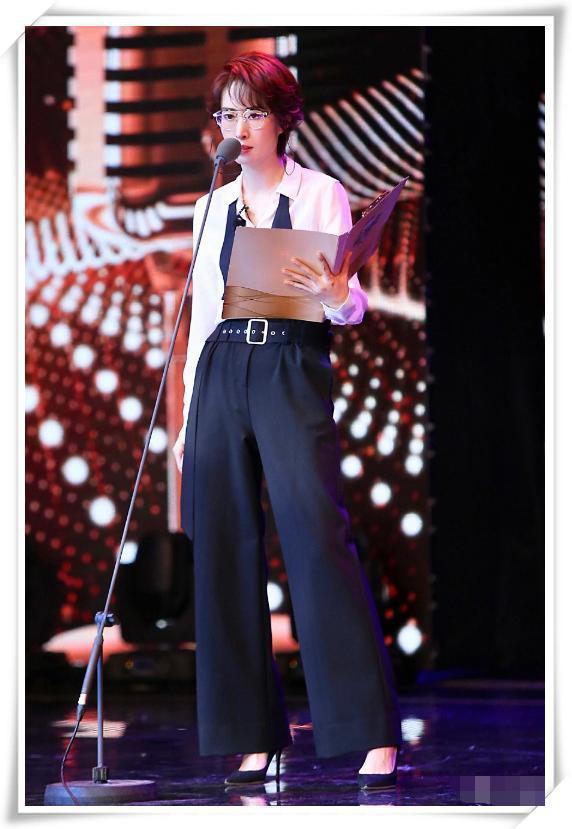 刘敏涛才是行走的时尚!白衬衫高腰裤简约高级,职业女性的榜样啊