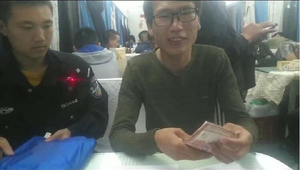 男子捡到一万元假装拾金不昧,在信阳乘警询问下露馅了