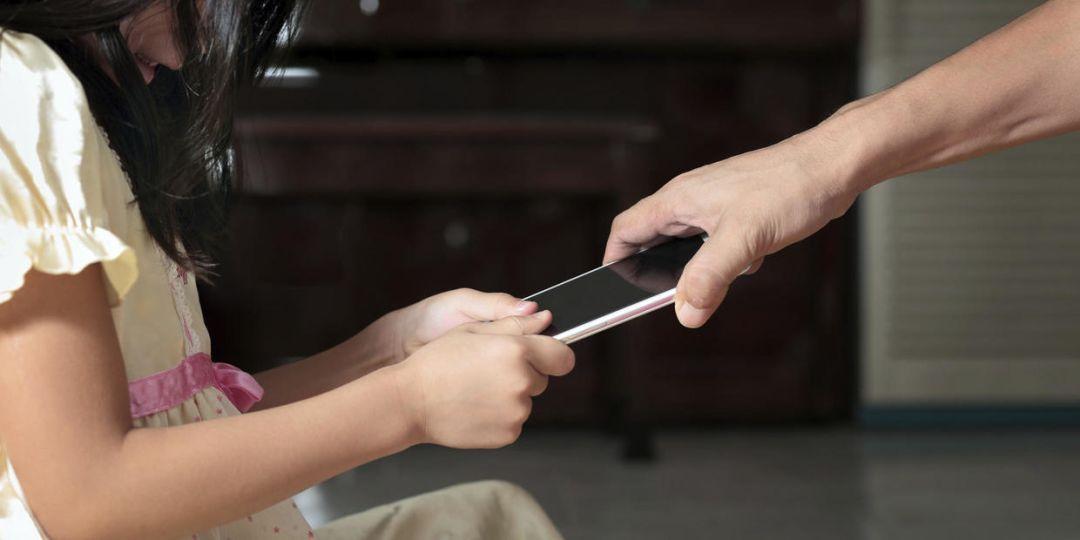 妈妈,我能玩下手机吗,不同的回答,决定孩子的未来