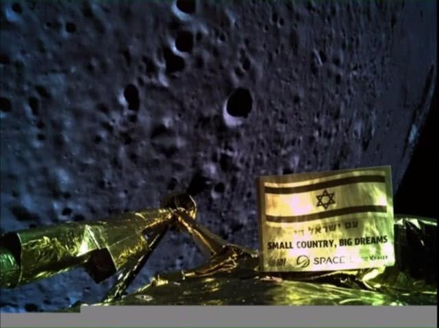 【PW早报】一辆探月车在月球表面坠毁