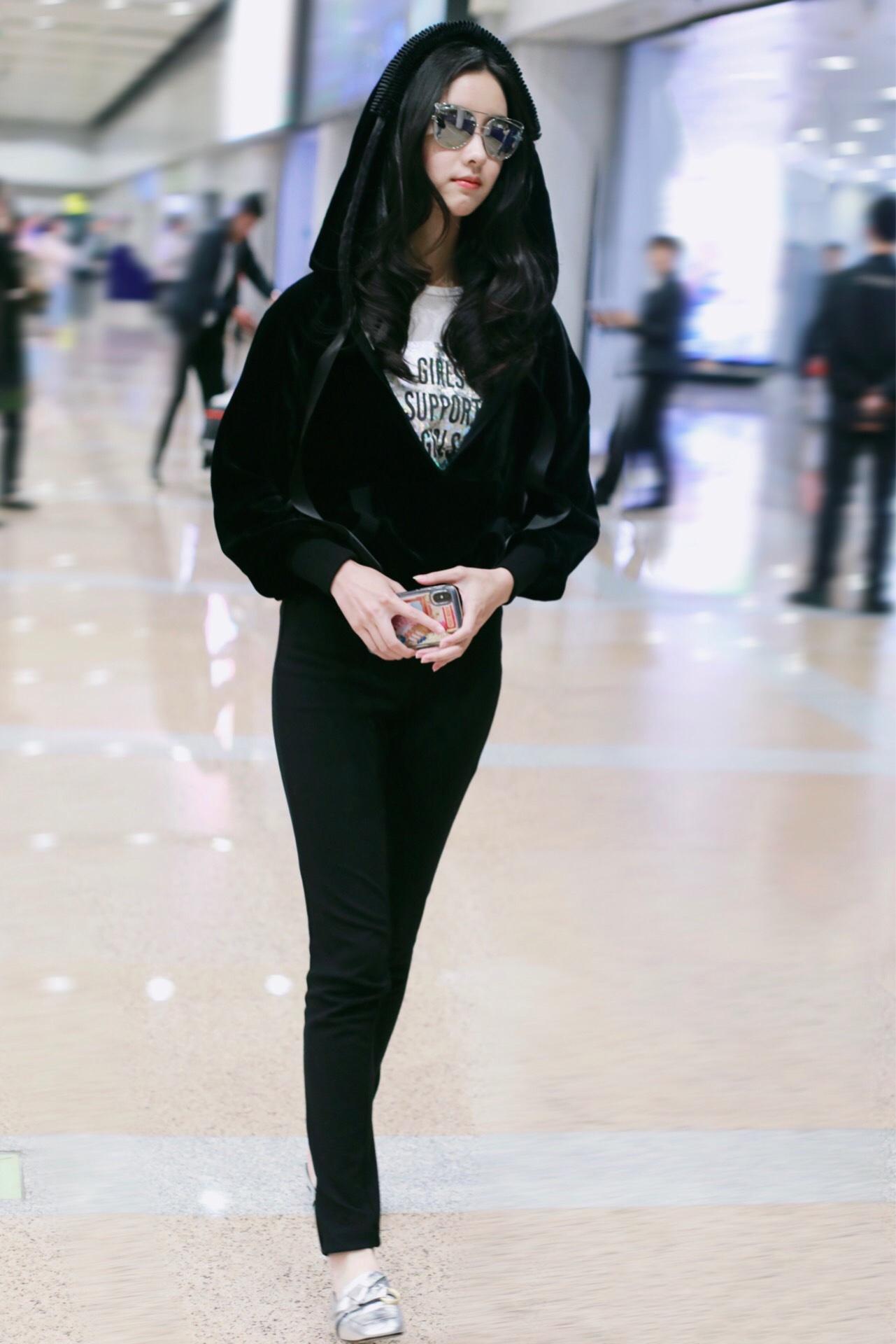 陈都灵一身黑走机场,身材显单薄,网友 和章泽天越来越像了