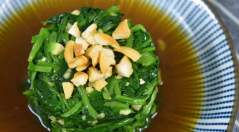 春天我们来一道凉拌菜——腰果拌菠菜