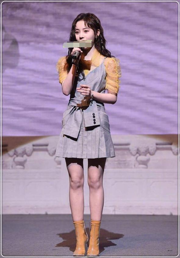 鞠婧祎终于女人一回!一身西装裙大玩制服诱惑,可把于朦胧乐坏了