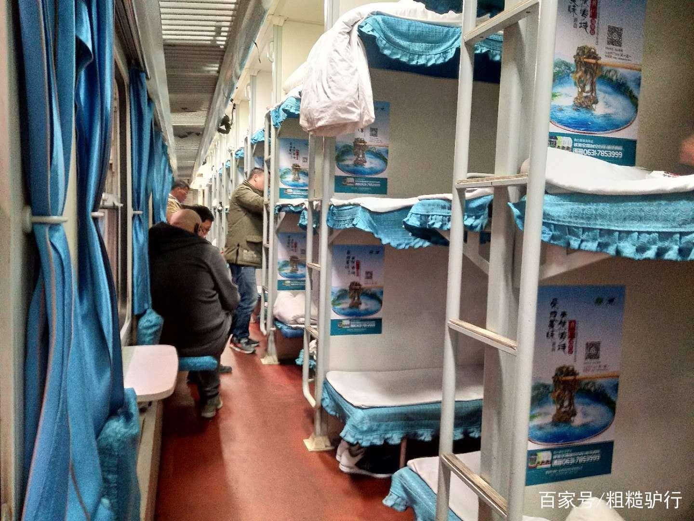 火车硬卧上铺图片