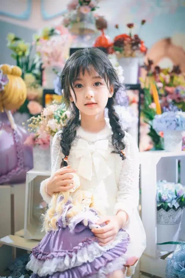 10岁的裴佳欣长大了,晒出最新漂亮写真引网友热议,网友:真苦