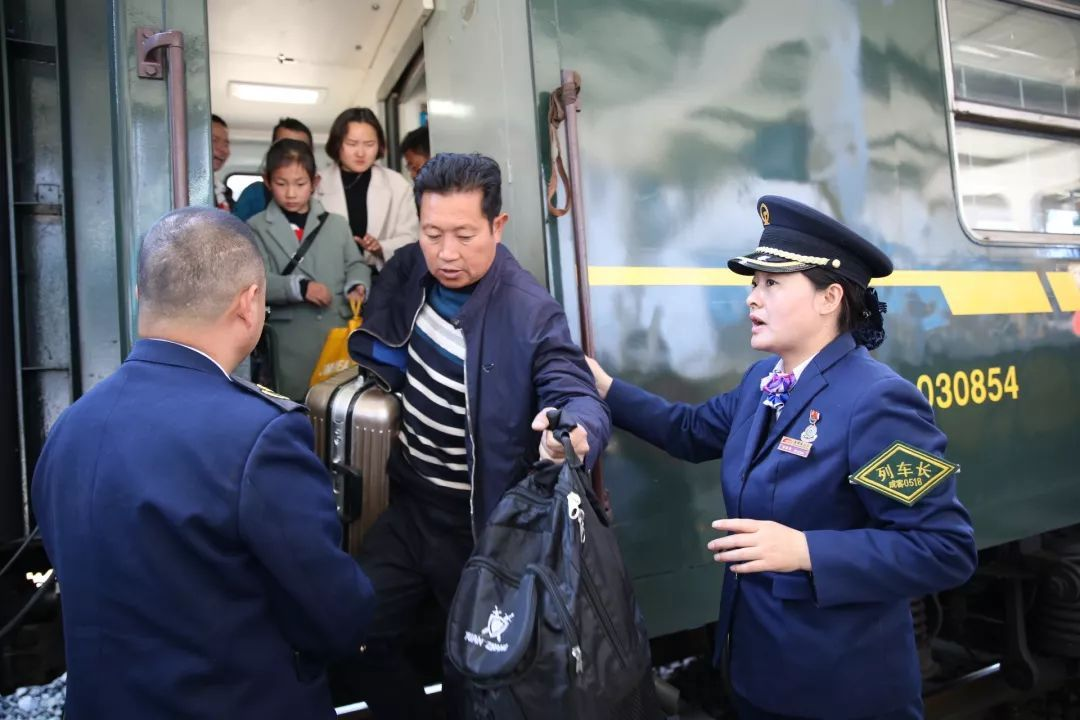 新时代·铁路榜样丨阿西阿呷:彝族列车长23载坚守大凉山